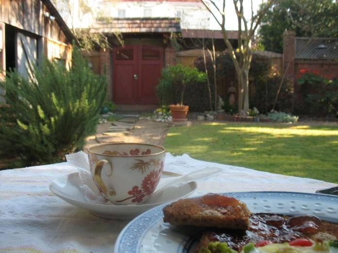 Breakfast in Jimmy's garden. Photo by André.